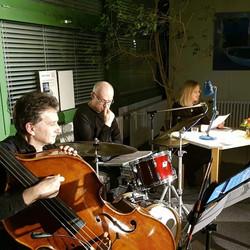 Ulli Füller (b), Peter Lomba (dr), Simone Gütte (liest)