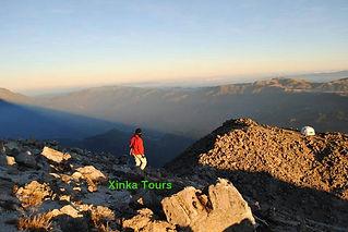 Guia de Xinka Tours descendiendo de la cima del volcán Tajumulco, el mas alto de Centro America