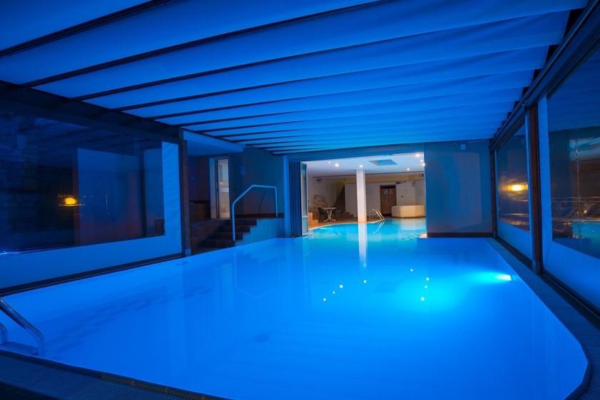Blue_swimming_pool.jpg