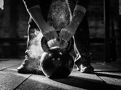 Crossfit-Kettle-Bell-with-chalk-and-hand
