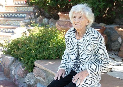 אישה קשישה יושבת תשושה