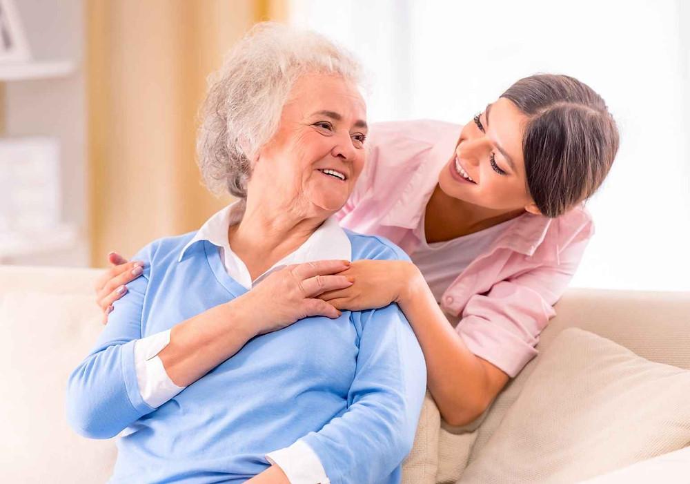 אישה קשישה עם אלצהיימר ומטפלת צעירה
