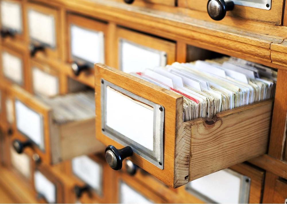 מגירות עם כרטסות של ספרייה סגנון הישן