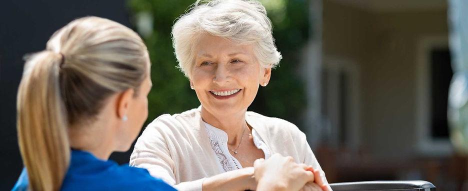 אישה מבוגרת ומטפלת שלה שמחות