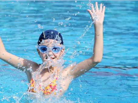 בנות רק רוצות להנות. יתרונות השחייה לילדות ונערות.