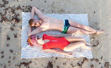 בגד ים שלם אדום על החוף
