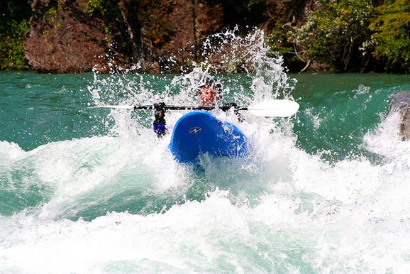 kayaker_splash_4423_900px.jpg
