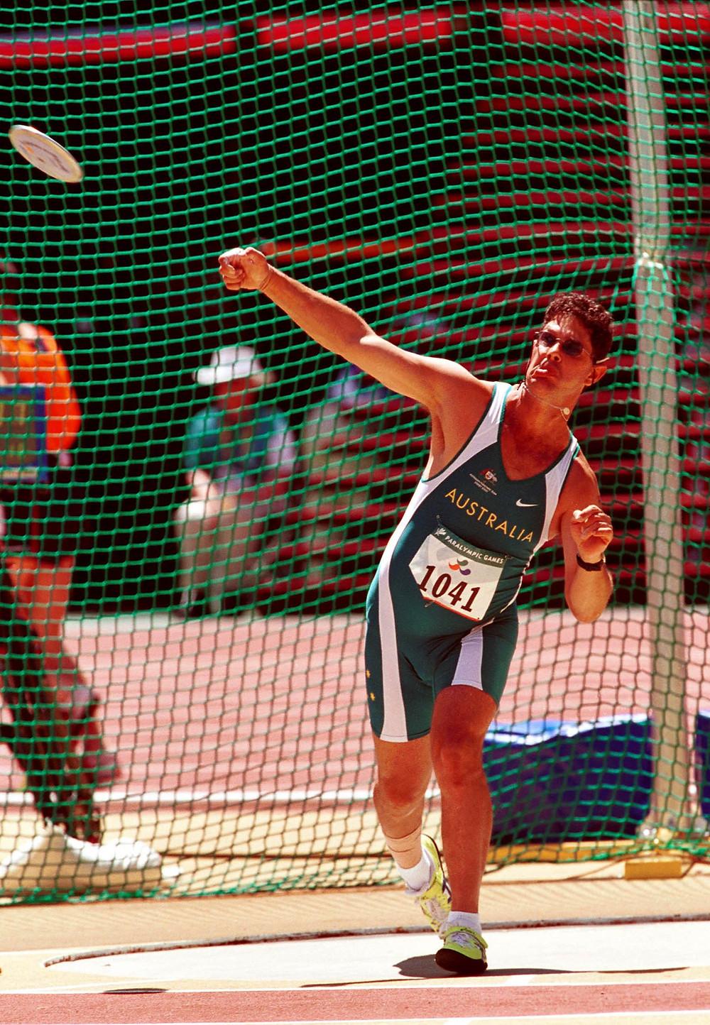 Disk atıcı Brian Harvey 2000 Sidney paralimpik oyunları, F38 müsabakasında / Foto: Australian Paralympic Committee / Wikimedia Commons