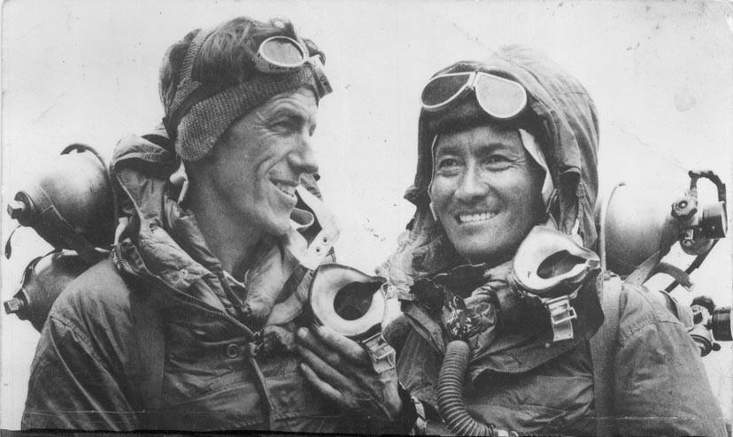 Edmund Hillary ve Tenzing Norgay zirve sonrası Everest'te. 29 Mayıs 1953 / Foto: Jamling Tenzing Norgay / Wikimedia Commons