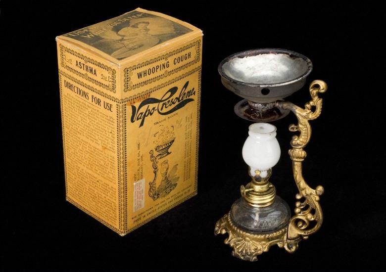 Astım, bronşit, boğmaca ve krup gibi solunum hastalıklarının tedavisinde kullanılan 19. yüzyıl sonlarına ait vaporizer ve ilacı. Foto: Science Museum, London, Wellcome Images