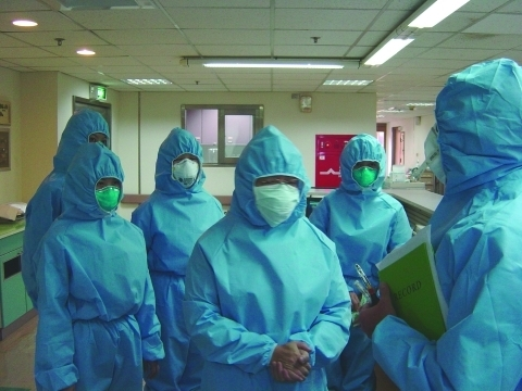 Taiwan'da SARS mücadelesi. Foto: Esswein EJ, Kiefer M, Wallingford K, Burr G, Lee LJ, Wang JD, Wang SC, Su IJ - Emerging Infect. Dis. (2004)