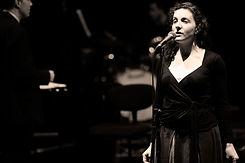 Frau für Performance-Singen