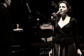 Femme Chanter pour la performance