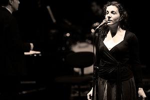 Mulher que canta para o desempenho