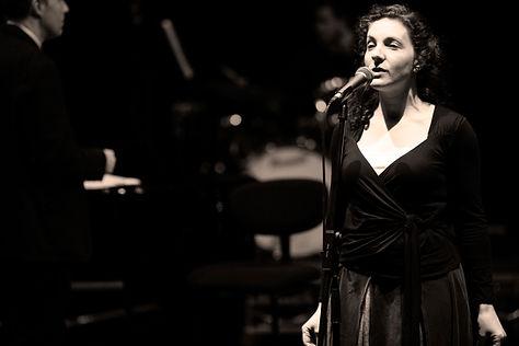 Donna che canta per le prestazioni