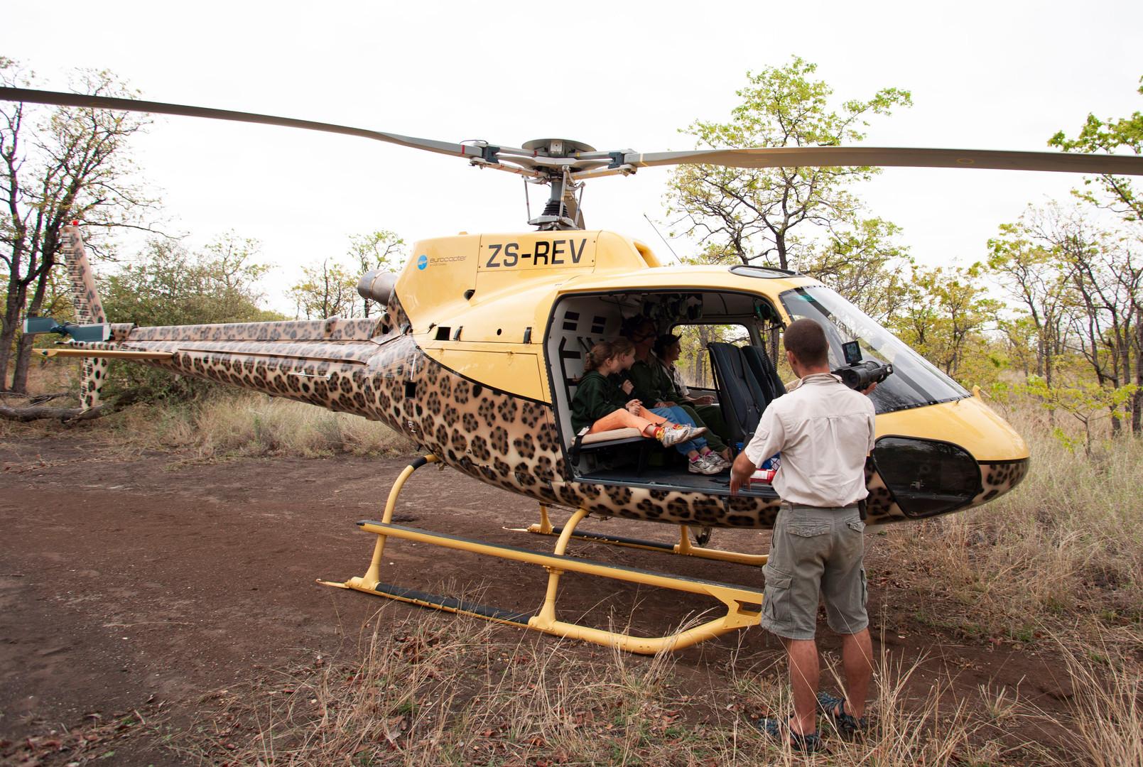 Barend filming girls, Safari Sisters