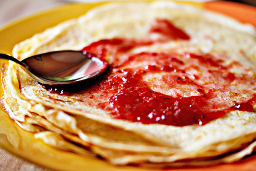 crepes-spreading-jam-2