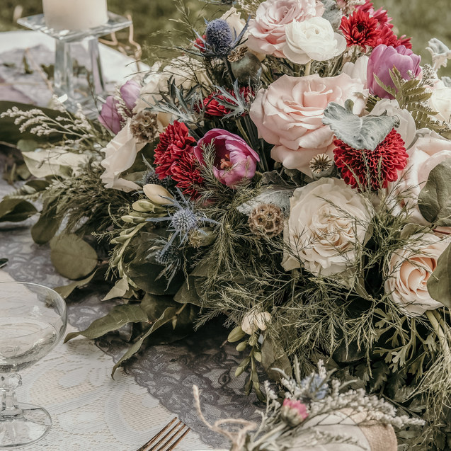 ENGLISH GARDEN WEDDING TABLE ARRANGEMENT