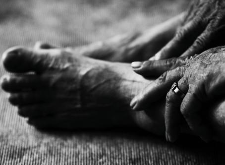 시를 잊은 성도에게 - 늙은 어머니의 발톱을 깎아드리며/ 이승하