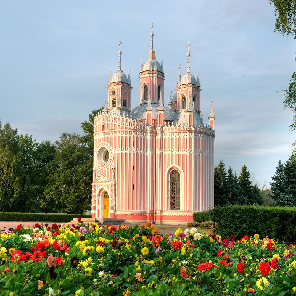 Приятное удивительнее вызывает Чесменская церковь (Це́рковь Рождества́ свято́го Иоа́нна Предте́чи) посторенная еще в 1780-е годы архитектором Юрием Матвеевичем Фельтеном, и волей судеб оказавшаяся в самой гуще сталинских построек. Красивое, изящное сооружение, одно из сокровищ «рассыпанных» мастером по всему Санкт-Петербургу.