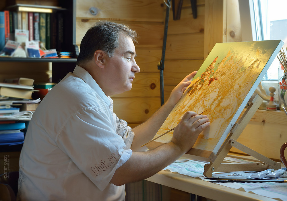 Сергей Кириллович работает в своей мастерской в дер. Касимово  (фотограф Д. Райкин)