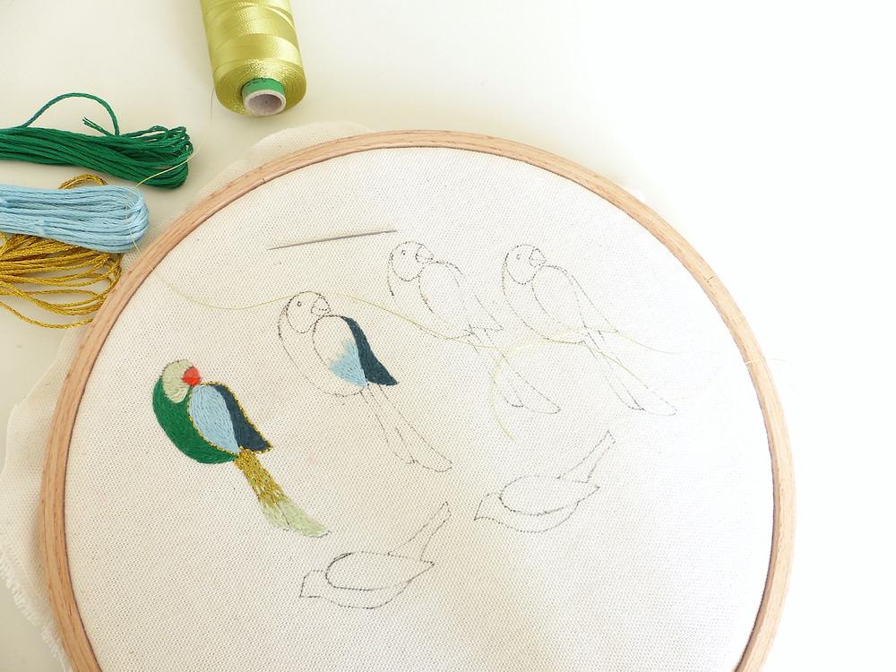 Ebauche de broderie d'oiseaux sur tambour.