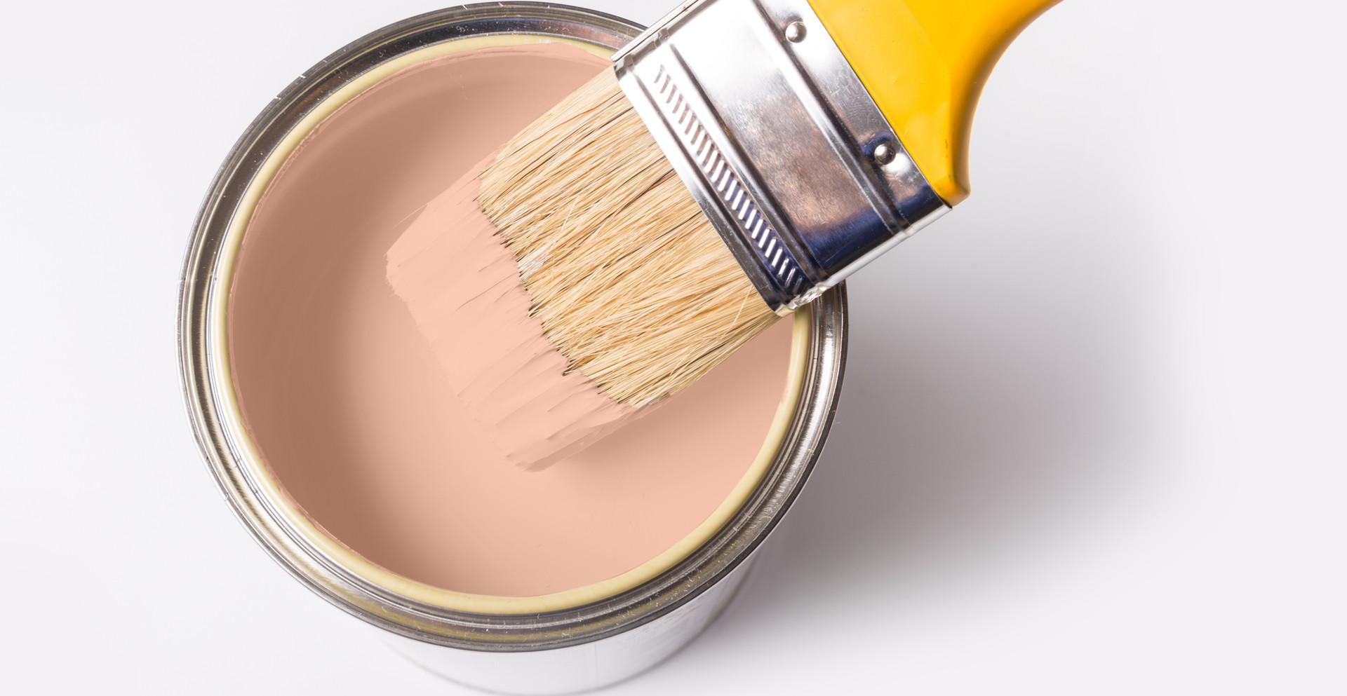Lata de pintura y pincel