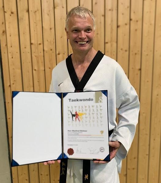 Manfred Büttner mit Urkunde 8. Dan