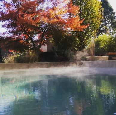 Im warmen Wasser den Herbst genießen