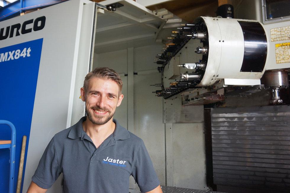 Bruno Jaster vor seiner CNC-Fräse von Hurco