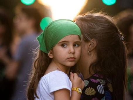 Qué es la crianza intensiva y por qué cada vez tiene más éxito en Europa al educar a los hijos