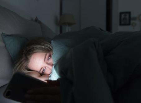 Doomscrolling: cómo nos afecta no despegarnos de las malas noticias que llegan a través del celular