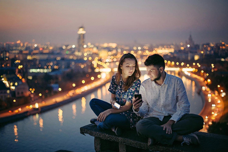 عاشقان في سهرة رومنسية