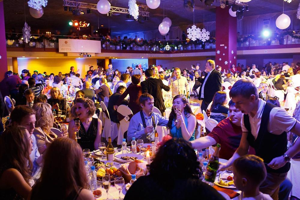 حشد من الضيوف في اجد مطاعم روسيا