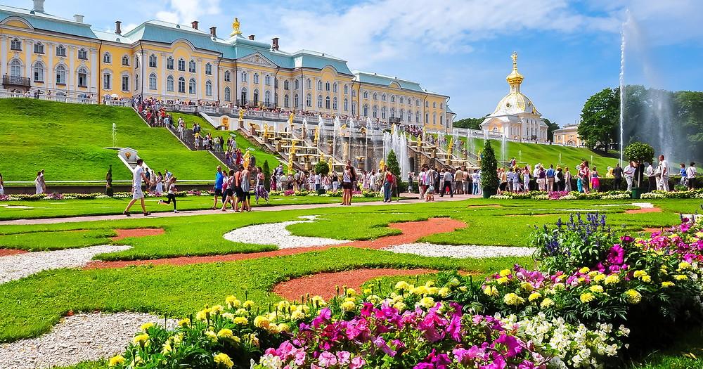 قصر و حديقة في بترهوف في ضواحي مدينة سانت بطرسبورغ