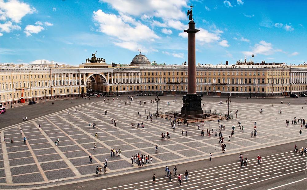 ساحة القصر هي المكان الجامع لسكان المدينة و السائحين في المناسبات