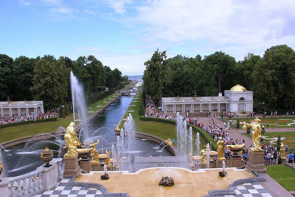 حديقة بترهوف هي حديقة القياصرة سابقا في ضواحي مدينة سانت بطرسبورغ