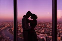 عاشقان على خلفية موسكو