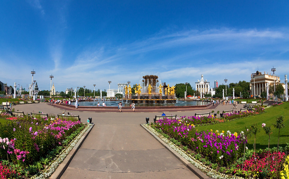 تتمتع حدائق روسيا بنوافير المياه مما يضيف للطبيعة رونقا