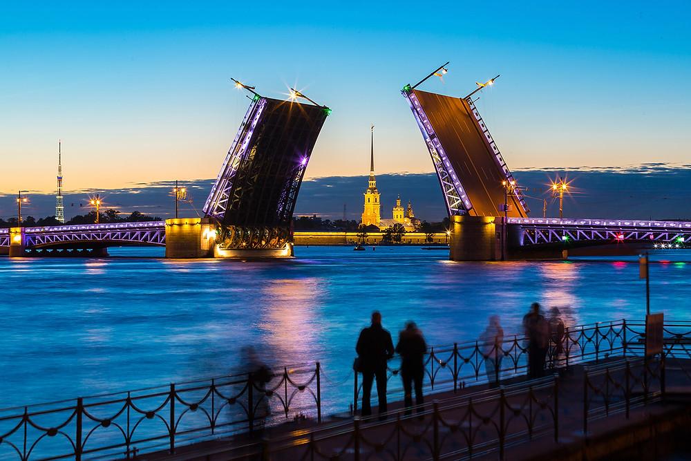 فتح الجسور فس مدينة سانت بطرسبورغ الروسية