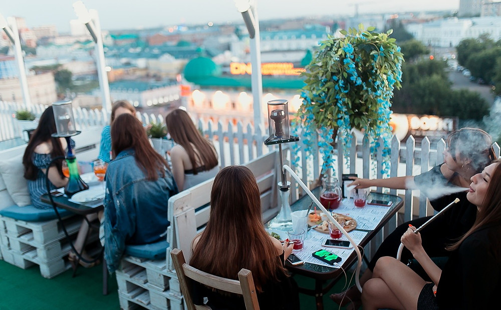 حشد من الضيوف في احد المطاعم في الطبيعة في روسيا