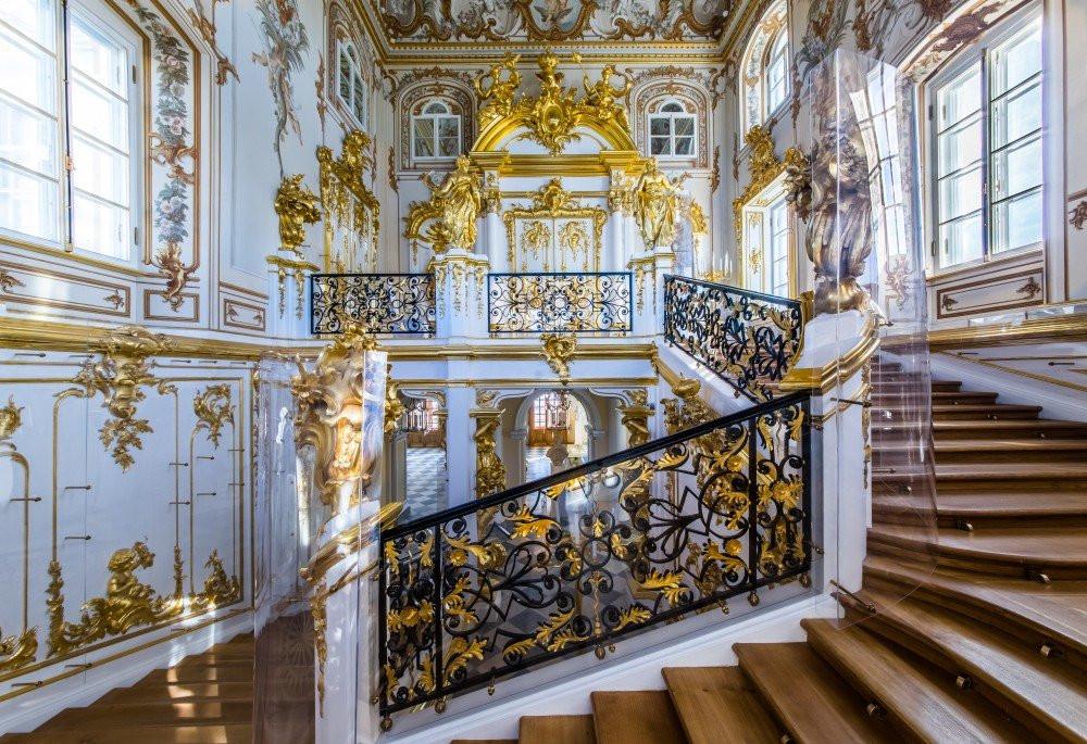 قصر بترهوف في مدينة سانت بطرسبورغ الروسية من الداخل