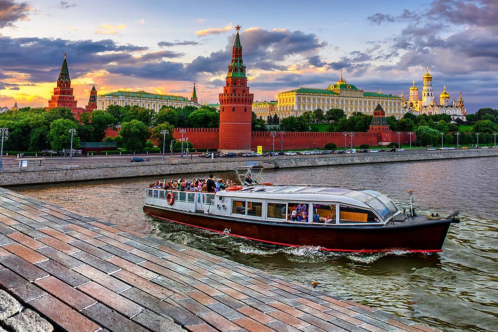 جولة في القارب المائي في مدينة موسكو