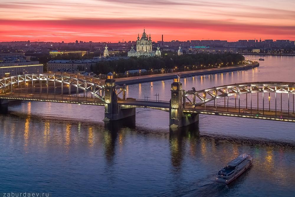 جسر في مدينة سانت بطرسبورغ الروسية