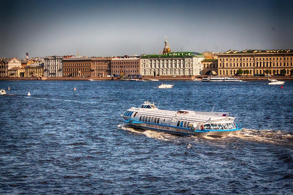 قارب مائي في بطرسبزرغ