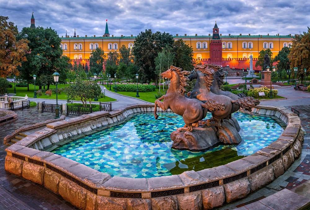 حديقة الكساندر وسط موسكو تحوي الطبيعة و الهندسة المعمارية و فنون