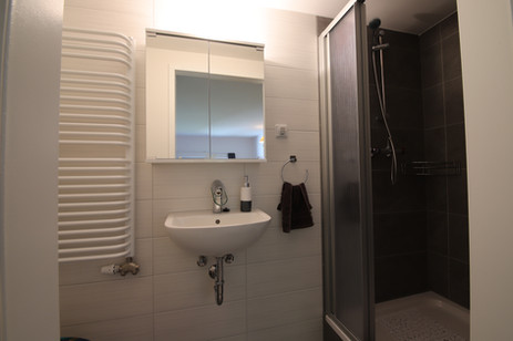 Moderne Bäder mit Dusche oder Badewanne