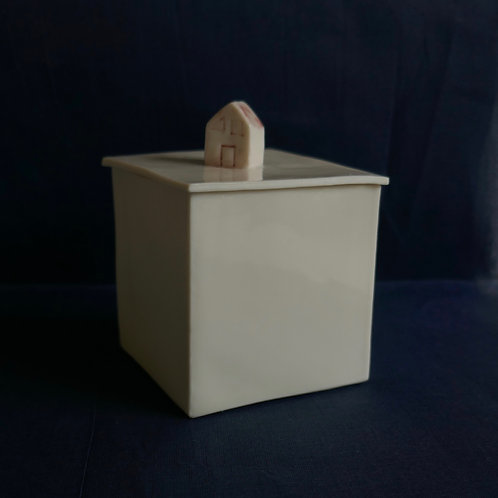 Porcelain box with house - (7cm x 7cm x 7cm)
