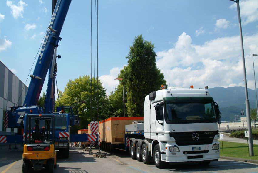 VGL machinery crate lifting at warehouse