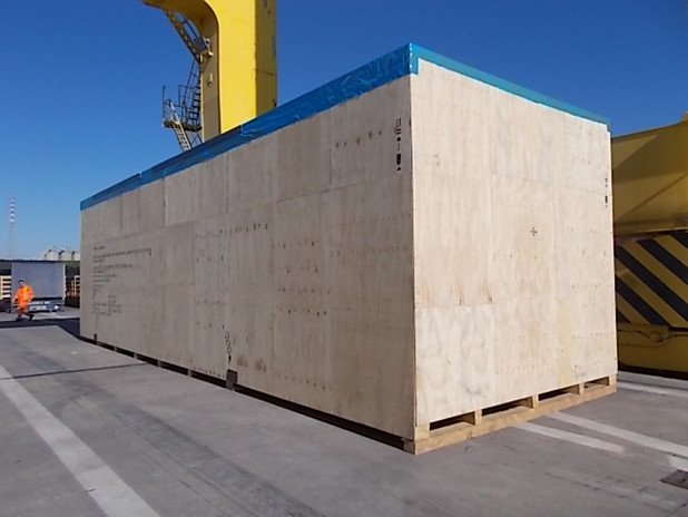 VGL_machinery-shipping-crate-port-loading